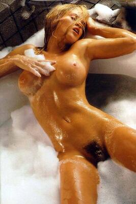 Photo catégorisée avec : Blonde, Bath, Boobs, Celebrity - Star, Hairy, Jenny McCarthy, Tummy