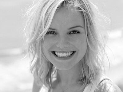 Photo catégorisée avec : Black and White, Blonde, Face, Safe for work, Smiling