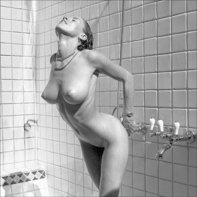 Photo catégorisée avec : Blonde, Boobs, Shower