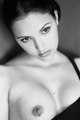 Photo catégorisée avec : Black and White, Brunette, Boobs, Eyes, Face, Piercing