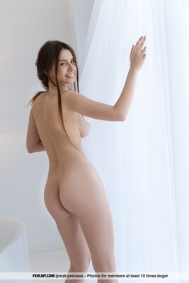 Photo catégorisée avec : Femjoy, Busty, Brunette, Alisa Amore, Ass - Butt, Boobs, Smiling