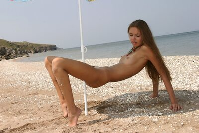 Photo catégorisée avec : Skinny, Alena I, Brunette, MET Art, Solare, Beach, Flat chested, Small Tits