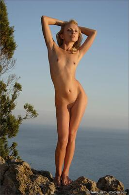 Photo catégorisée avec : MPL Studios, Skinny, Blonde, Flat chested, Nature, Small Tits