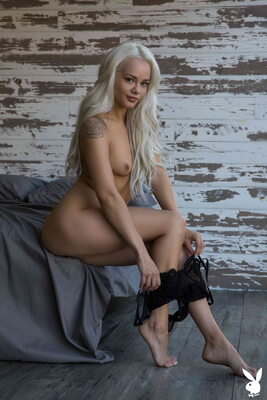 Photo catégorisée avec : Playboy, Skinny, Blonde, Elsa Jean, Flat Chested, Small Tits, Tattoo