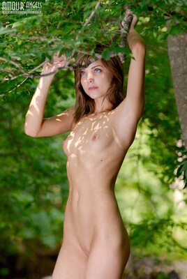 Photo catégorisée avec : Skinny, Brunette, Amour Angels, Flat chested, Nature, Small Tits