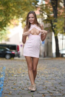 Photo catégorisée avec : Skinny, Blonde, Happy in the City, Katya Clover - Mango A, Watch4Beauty